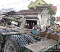 Xe tải container đâm sập nhà dân, hai người thương vong