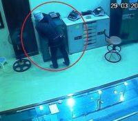 """Tân Kỳ : Truy tìm tên trộm đột nhập tiệm vàng trong đêm """"cuỗm"""" 700 triệu đồng"""
